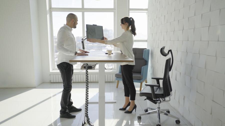 Фото Новый уровень работы: столы с электрической регулировкой LEVEL