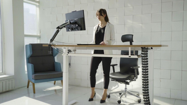 Новый уровень работы: столы с электрической регулировкой LEVEL